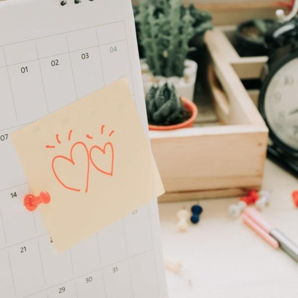 Paar, das schwanger werden möchte, notiert den unregelmäßigen Zyklus im Kalender.