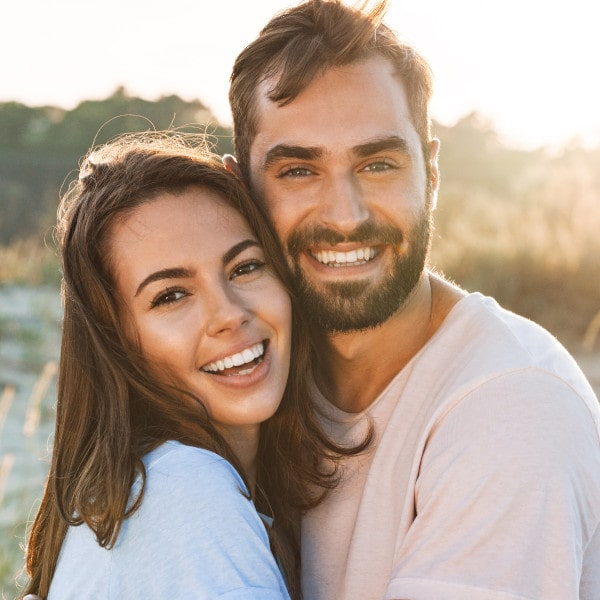 Paar in der Natur ist zuversichtlich, weil sie wissen, wie der Zervixschleim zu deuten ist.