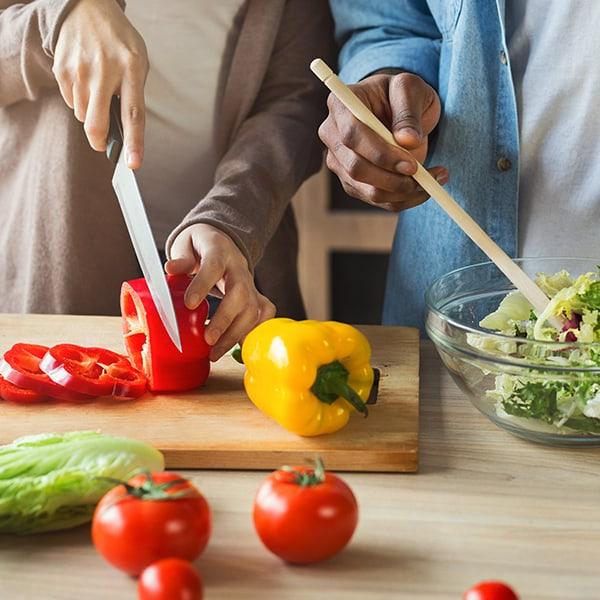 Paar bereitet vegetarische Ernährung bei Kinderwunsch zu.