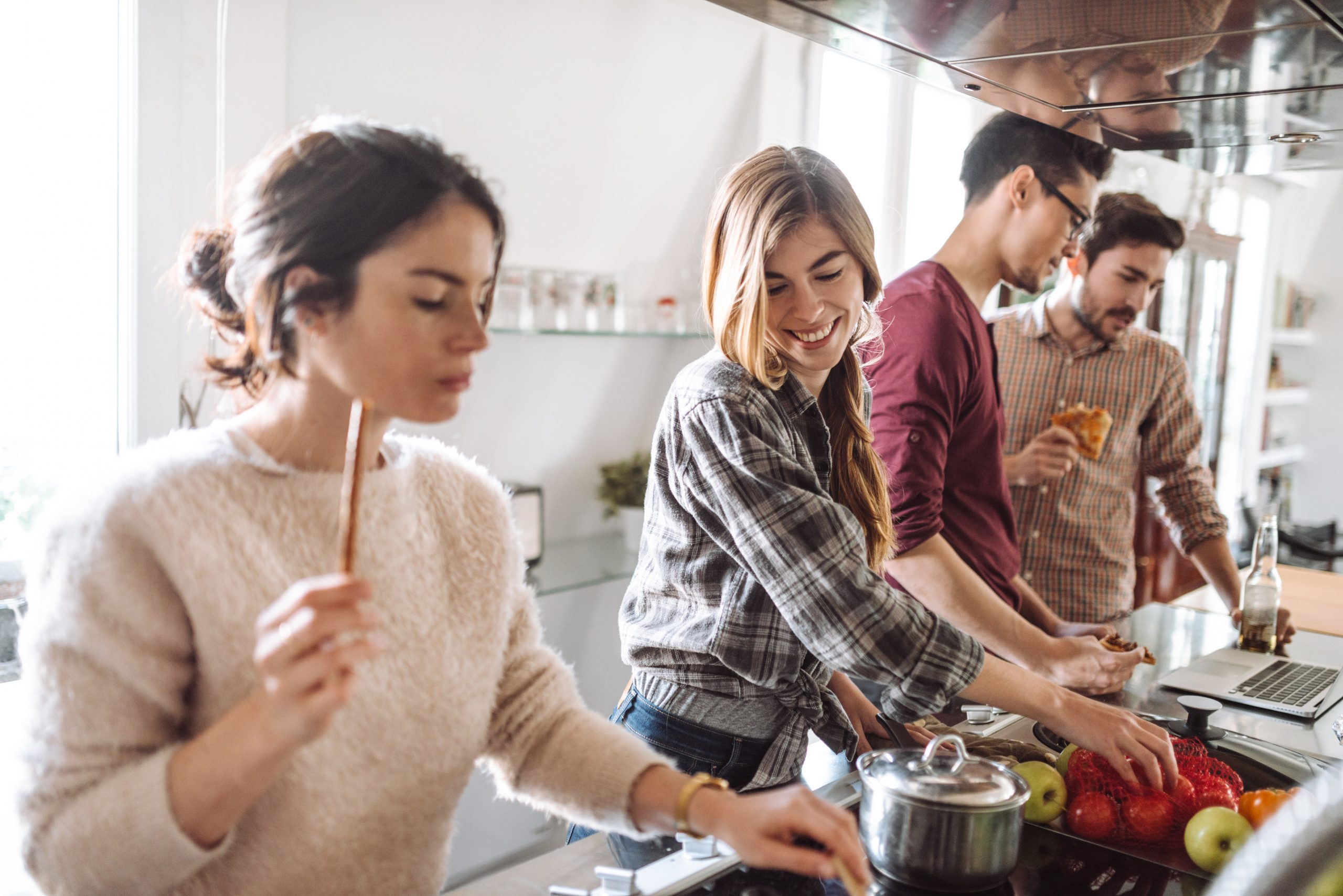 Paar kocht mit Freunden: Ihre Psyche ist vom unerfüllten Kinderwunsch nicht betroffen.