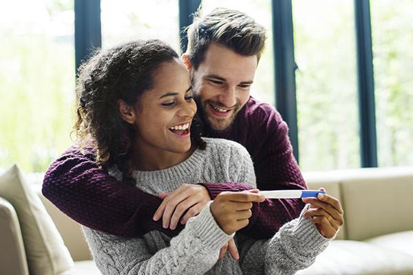 Frau zeigt Mann positiven Test - die ersten Schwangerschaftsanzeichen haben sich bewahrheitet.