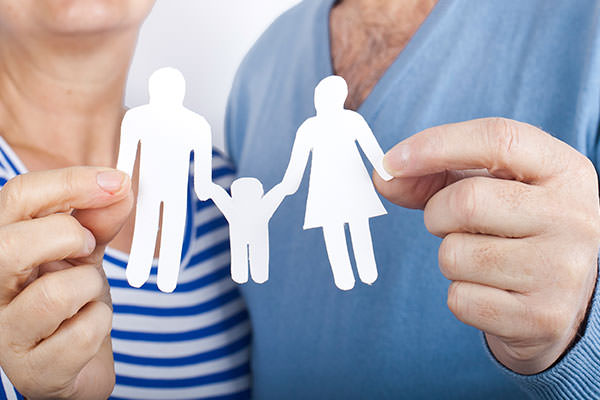 Ein Paar in den besten Jahren träumt vom gemeinsamen Nachwuchs. Sie freuen sich über ihren späten Kinderwunsch und stellen dies anhand einer Papier-Familie nach.